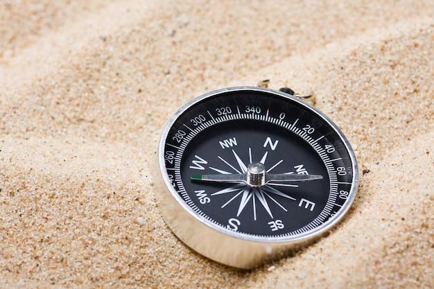 Kompass auf dem heißen sand