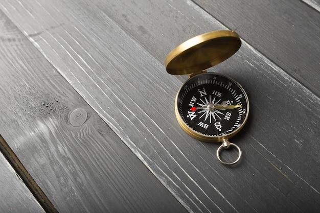 Kompass auf dem holztisch
