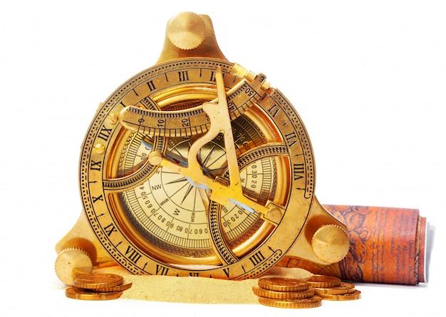 Kompass auf dem meersand und platzieren sie text