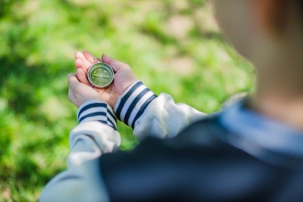 Kompass auf den händen eines kindes