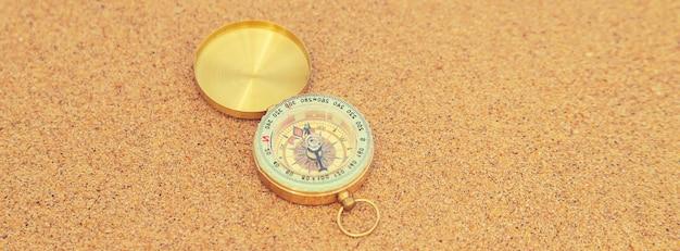 Kompass auf der meeresoberfläche und am strand