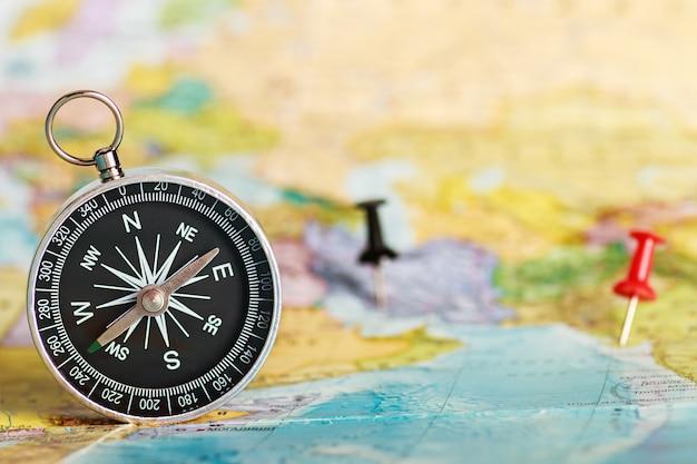 Kompass auf der touristenkarte