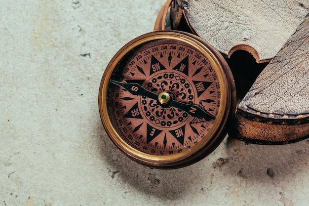 Kompass auf einem grauen farbverlauf