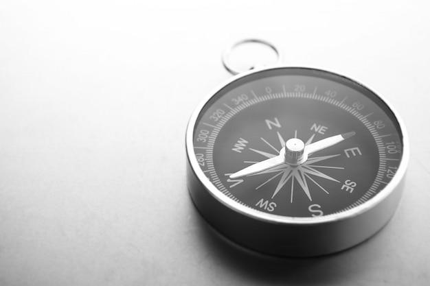 Kompass auf einem grauen hintergrund mit farbverlauf, platz für text