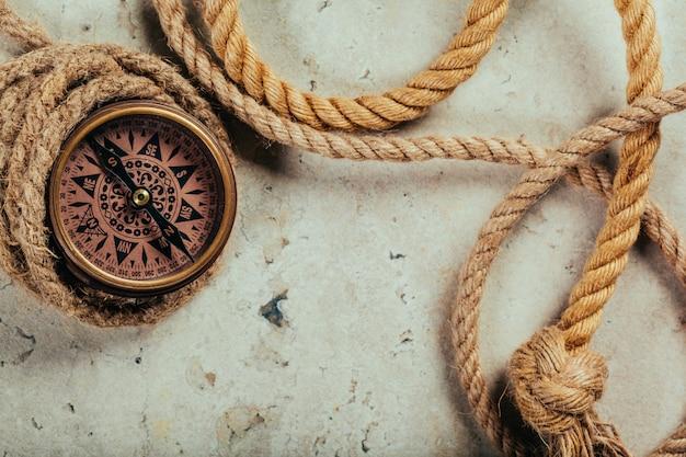 Kompass auf einem grauen hintergrund mit farbverlauf