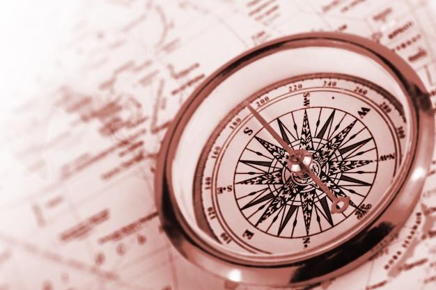 Kompass auf einer karte in braunem schlüssel