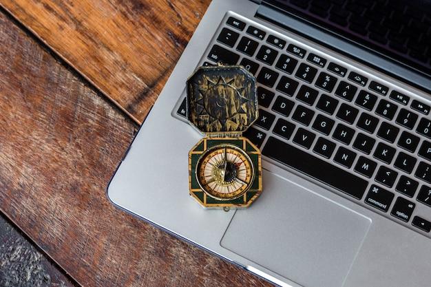 Kompass auf einer tastatur. online-buchung einer reise