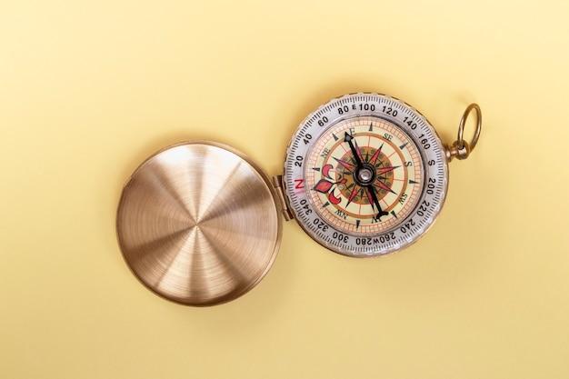 Kompass auf gelbem hintergrund hautnah mit kopienraum