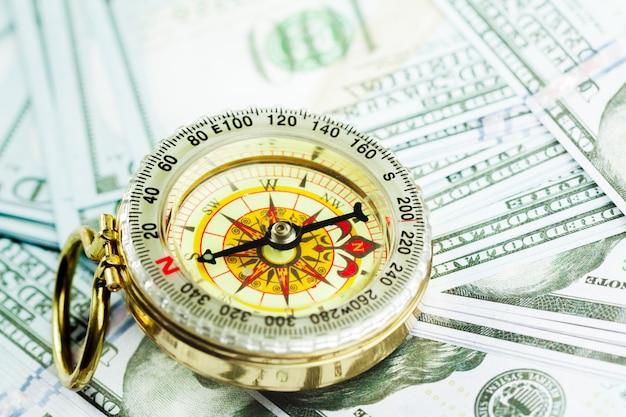 Kompass auf haufen von us-geld