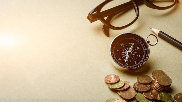 Kompass auf hintergrund des braunen papiers.