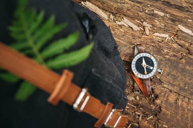 Kompass auf holzhintergrund, konzept für richtungstransport und reisen. sicht von oben.