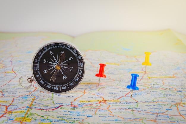 Kompass auf karte mit buntem stift