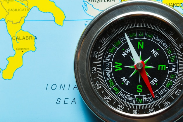 Kompass auf kartenhintergrundreise