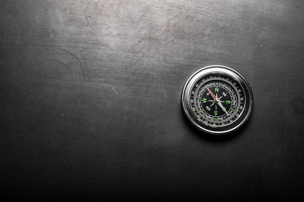 Kompass auf schwarzem bretthintergrund