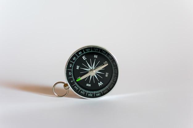 Kompass auf weißem hintergrund