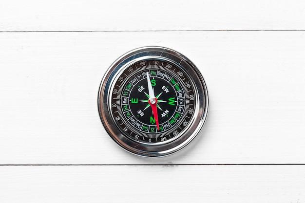 Kompass auf weißem holztisch
