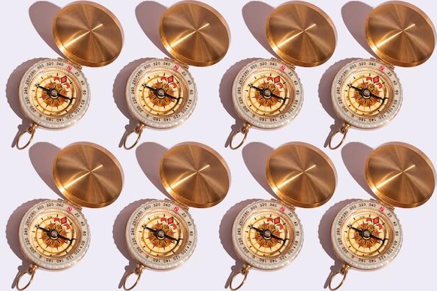 Kompass auf weißer hintergrundnahaufnahme mit harten schatten mit kopienraum. muster auf weißem hintergrund