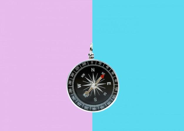Kompass auf zweifarbiger oberfläche