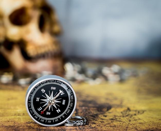 Kompass für vintage schatzsuche konzept textfreiraum