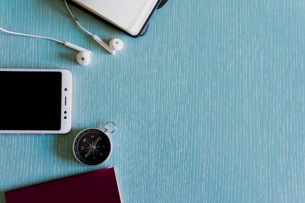 Kompass, handy, stift und notebook exemplar