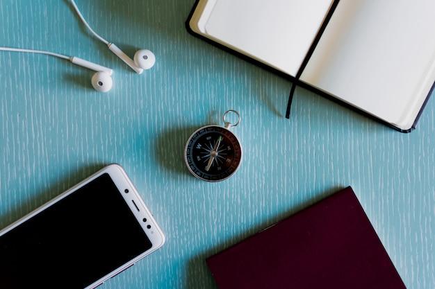 Kompass, handy, stift und notizbuch, flachgelegt