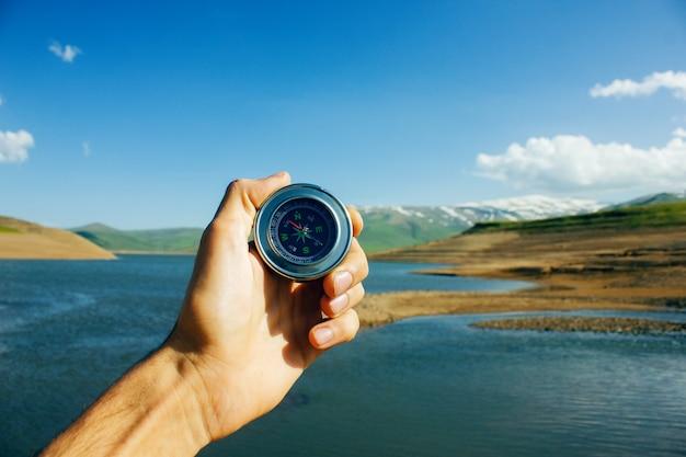 Kompass in den händen eines mannes