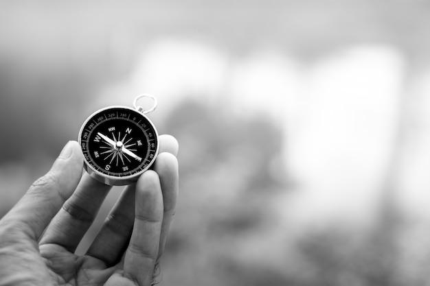 Kompass in der hand. - dunkles konzept