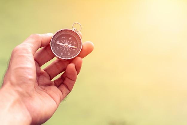 Kompass in der hand.