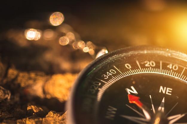 Kompass in der waldnahaufnahme, navigationshintergrundfoto