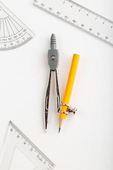 Kompass metallic eine draufsicht isoliert auf weißem schreibtisch