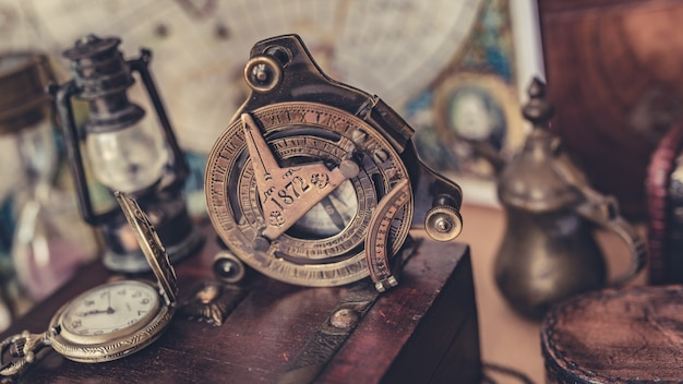 Kompass mit hölzernem schatz