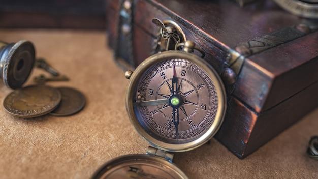 Kompass mit hölzerner schatztruhe