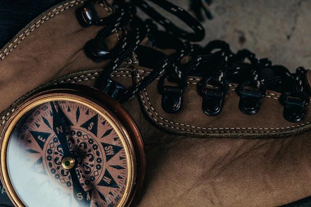 Kompass mit wanderschuhen