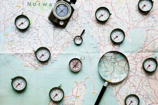 Kompass und lupe auf einer karte