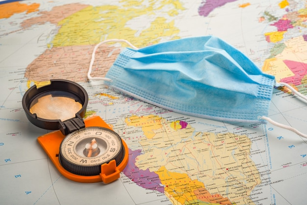 Kompass und medizinische maske