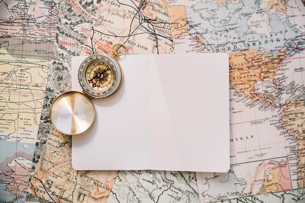 Kompass und papier auf karte