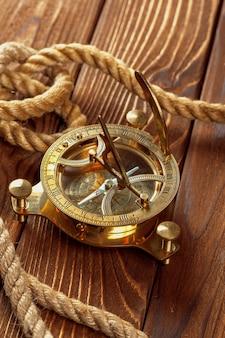 Kompass und seil auf holztisch. nahansicht