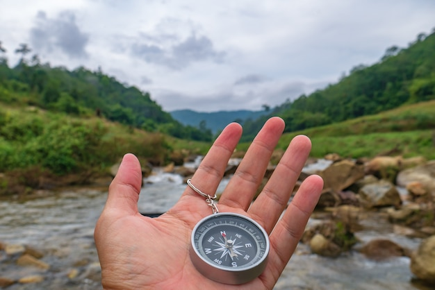Kompass und wanderkonzept im wald