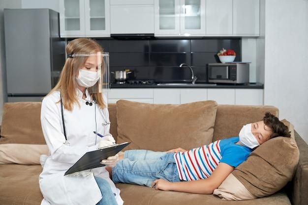 Kompetenter kinderarzt, der kranken teenager zu hause besucht