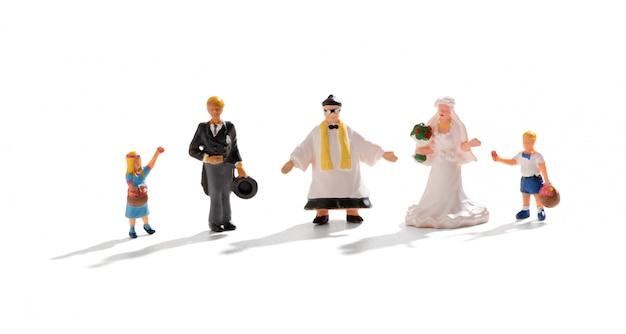 Komplette hochzeitsgruppe von miniaturmenschen