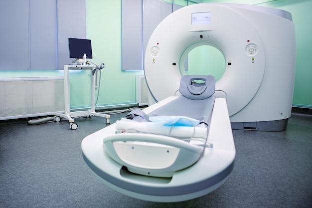 Komplettes cat-scan-system in einer krankenhausumgebung