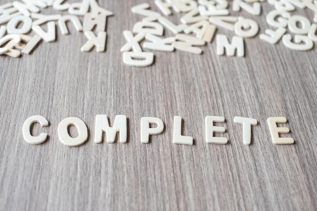 Komplettes wort von buchstaben des hölzernen alphabetes. geschäfts- und ideenkonzept