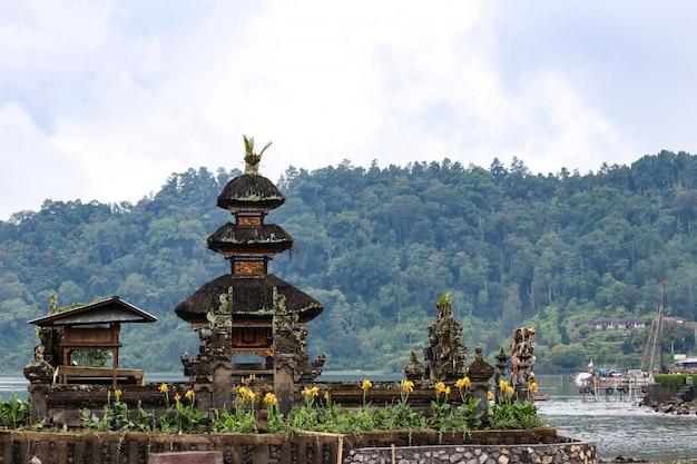 Komplex des hindischen tempels auf bratan see pura ulun danu bratan, bali, indonesien
