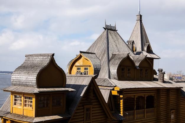 Komplexe handwerkerstadt am ufer der wolga gorodets russland