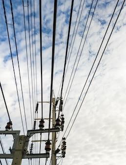Komplexe kabellinie des elektrischen betonmastes.