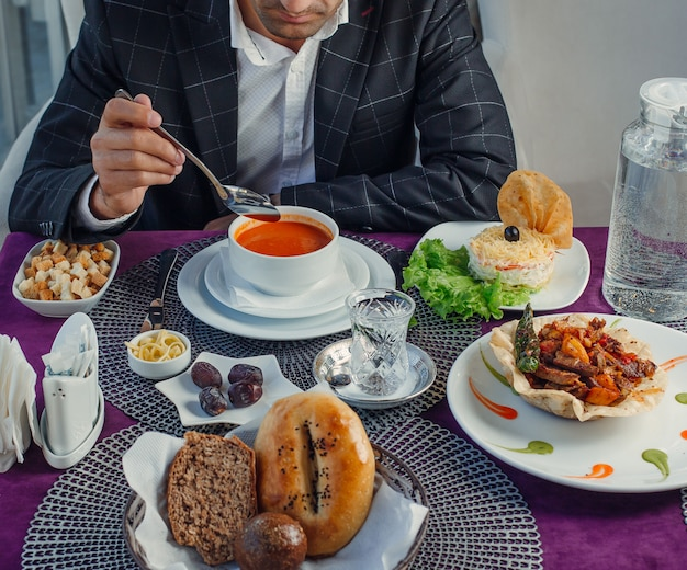 Komplexes business-lunch auf dem tisch