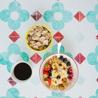 Komponiertes essen zum gesunden frühstück