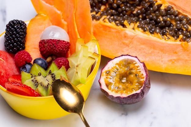 Komposition aus köstlichen exotischen früchten