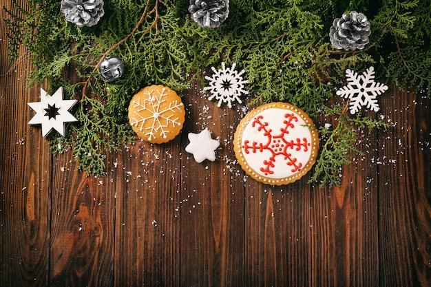 Komposition aus leckeren lebkuchen und weihnachtsdekor auf holzoberfläche