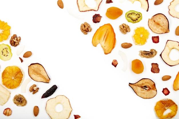 Komposition aus leckeren trockenfrüchten und nüssen